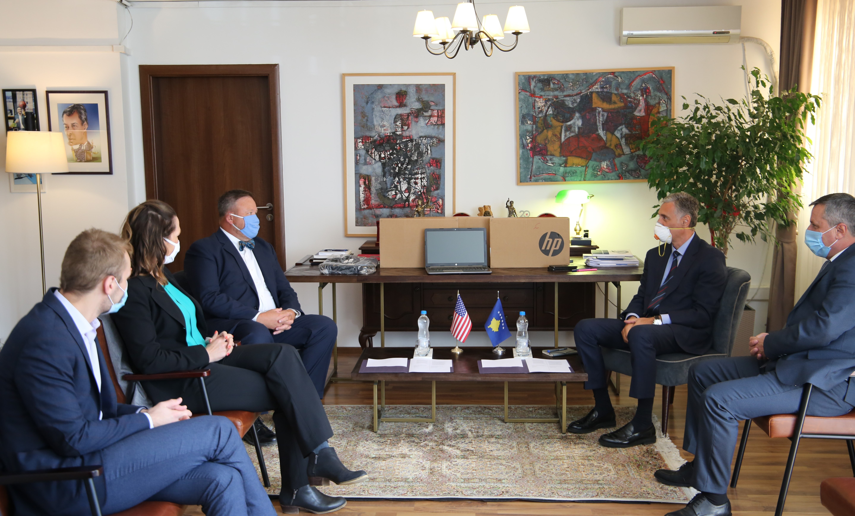 Ambasada Amerikane në Prishtinë dhuron donacion për Zyrën e Kryeprokurorit të Shtetit